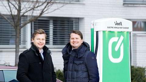 Ole Henrik Hannisdahl i Grønn Kontakt og Ole-Christian Hallerud, visekonsernsjef i Olav Thon Gruppen skal samarbeide om å bygge hurtigladere på sistnevntes kjøpesentre og hoteller.
