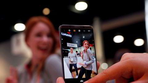 Huawei og kinesiske smarttelefonprodusenter dominerer på det kinesiske markedet. Politisk press gjør at d eikke får innpass i USA. AT&T og Huawei har forkastet planene om en allianse.