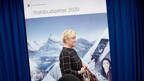 Finansminister Siv Jensen skrur opp CO2-avgiften, men motvirker klimaeffekten ved å sørge for at bilistene slipper prisøkning.