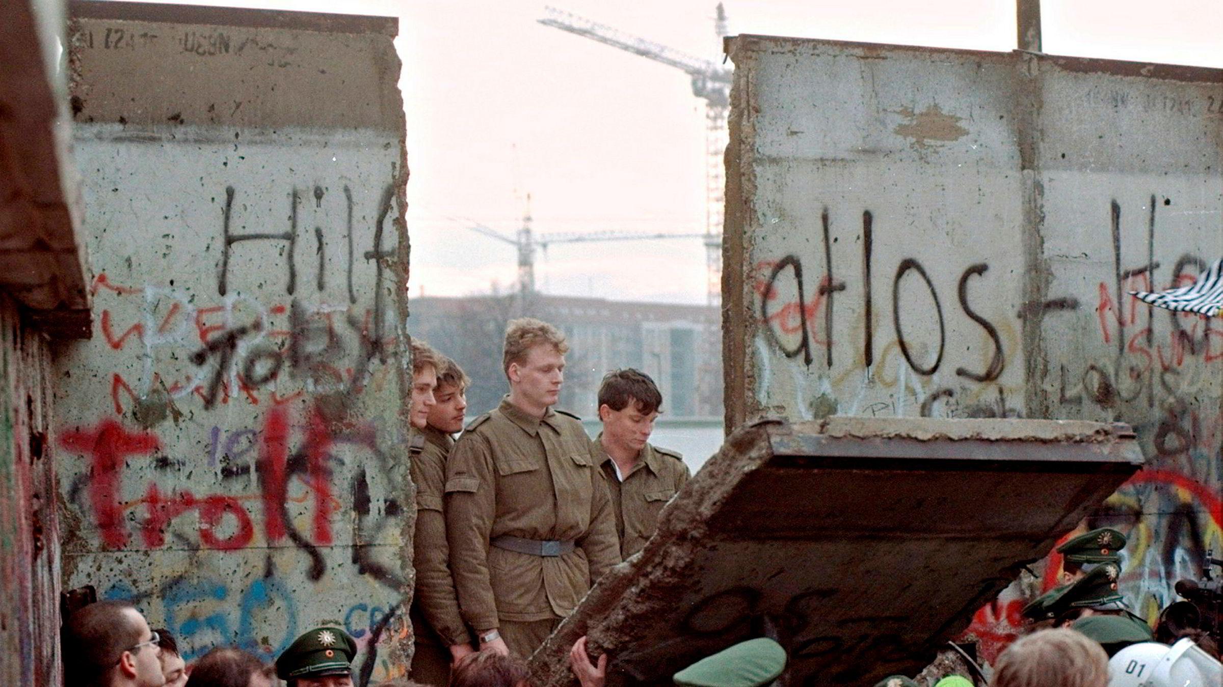Etter sjokkåpningen av Berlinmuren i 1989 kom ettertanken. Men knapt noen vil tilbake. To dager etter murens fall tittet en gruppe østtyske grensesoldater gjennom en ødelagt del av muren ved Brandenburger Tor.