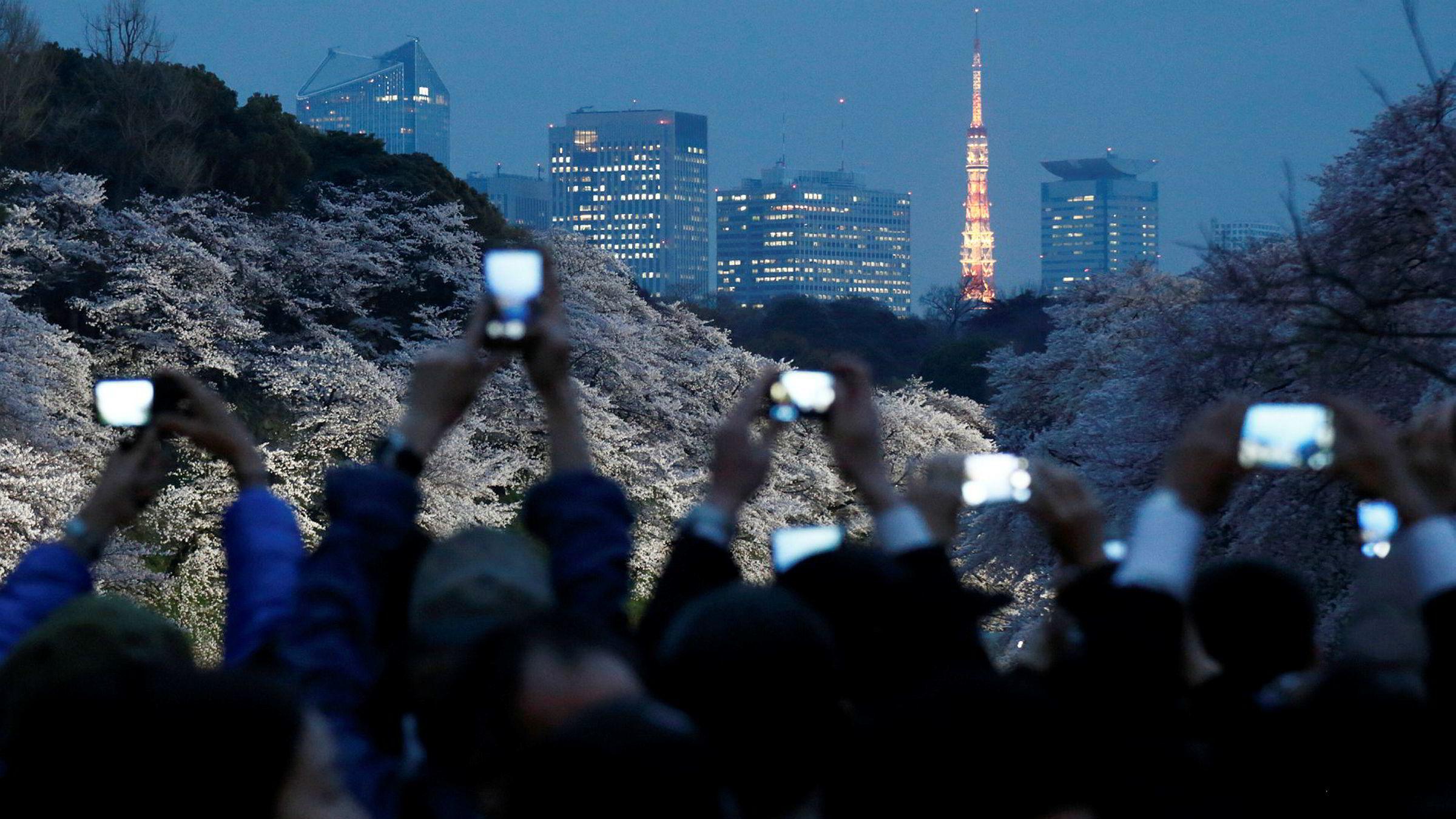 Uansett hva folk gjør i dag, er smarttelefonen alltid til stede. Å bare nyte av duften og synet av Tokyos kirsebærblomster, er for eksempel ikke nok. De må også bli fotografert og delt med andre.