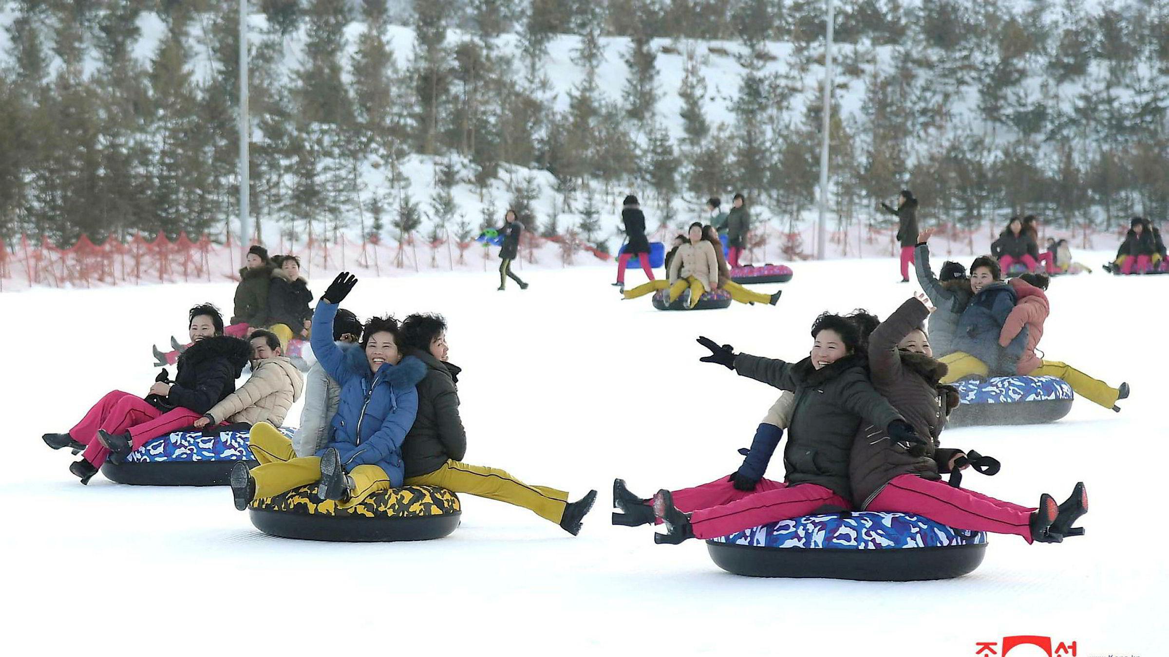 Folk fryder seg i snøen med akeputer i Yangdok i Nord-Korea. Bildet som er sluppet av de koreanske myndighetene, er udatert.