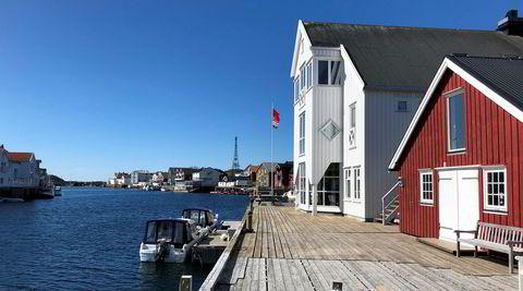 Henningsvær Bryggehotell holder stand som eneste fullverdige hotell i et av Nord-Norges best bevarte fiskevær. I begynnelsen av juni dominerte stillheten.