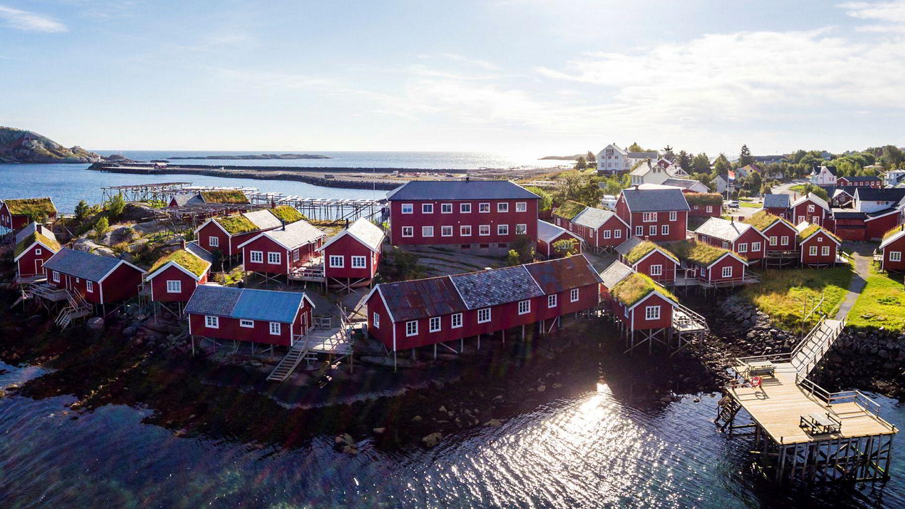 Erik Berg og Stein Erik Hagen har kjøpt Reine Rorbuer i Lofoten av blant andre skipsrederne Atle Bergshaven og James og Axel Stove Lorentzen.