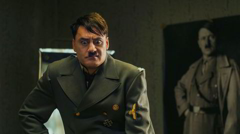 Tøys. Regissør Taika Waititi spiller selv rollen som Hitler i komedien «Jojo Rabbit», som nylig ble Oscar-nominert for beste film, og som fikk den gjeveste prisen på filmfestivalen i Toronto i 2019.