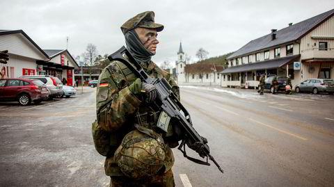 Tyskerne kommer. Under krigen hadde tyskerne base på prestegården i Engerdal. Nå var en tysk panseravdeling tilbake – men denne gangen hadde lokalbefolkningen kun gode ting å si om soldatene.