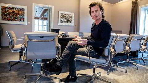 Det var en tydelig preget Petter Stordalen som møtte DN på et møterom i Nordic Choice Hotels hovedkontor. Han har intense dager, i løpet av minuttene fotograferingen varer blir han mast på flere ganger av medarbeidere.