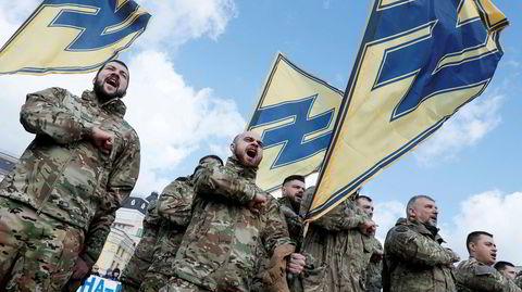 Den nasjonalistiske Azov-bataljonen, som kjemper på ukrainsk side, bruker symbolet Wolfsangel i logoen sin – et symbol som ble brukt av både det tyske nazipartiet og Waffen-SS-styrker. Selv mener Azov det bare betyr «nasjonal idé».