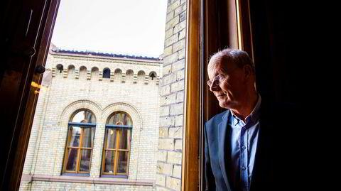 Michael Tetzschner ser ut av vinduene i stortingssalen
