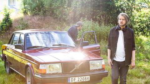 Regissør Daniel Fahre på innspilling av sesong 2 av NRK-serien «Rådebank» i Bø i Telemark. han og serieskaper Linn Jeanette Kyed hang på Circle K i Bø i forkant av innspillingene, og fant seg en fokusgruppe med rånere for å få detaljene riktig.
