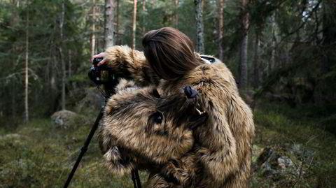 På hjemmebane. De fleste av de tidligere fortellingene til Anja Niemi ble produsert i USA, mens serien om skogvokteren og bjørnen er den første hun har laget i Norge. – Nå føler jeg meg klar for å utforske bakker og berg, sier kunstfotografen om sitt nye verk.