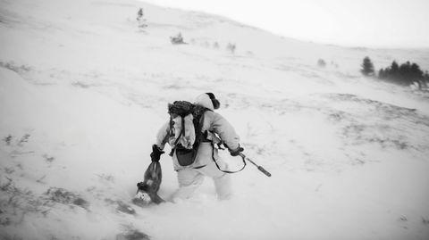 Pelsjegerliv. Med mårskinnslue, reinsvotter og hvit kamuflasjedrakt, jakter Audun Heier på rødrev på fjellet i Ottadalen. Han sier interessen for pelsdyrjakt er økende i bygda.