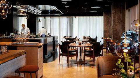 Det åpne kjøkkenet er hjertet og sentralen i restaurant Re-Naa, som har to stjerner i Michelin-guiden.