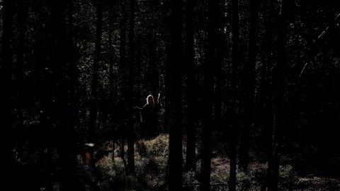 I naturen. Når månen er ny, pakker de unge heksene med seg yogamatter og vannflasker og drar ut i skogen for å holde nymåneritual. Bortsett fra når været er dårlig, selvfølgelig - da må heksene ta til takke med utleielokale på Grønnland i Oslo.