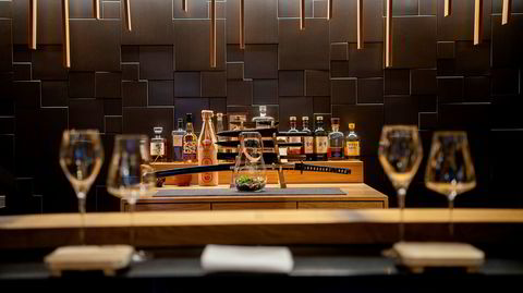 Ti gjester ved bardisken er publikum til kokkens elegante sushishow hver kveld på Omakase.