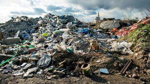 Denne britiske plasten skulle egentlig bli resirkulert, men havnet isteden i en dump utenfor en nedbrent fabrikk i den tyrkiske byen Adana.
