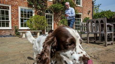 – Jeg hausser ikke aksjer, fordi jeg trader ikke. Jeg er ikke inn og ut av selskaper på noen uker eller måneder. Jeg tar langsiktige posisjoner i selskaper der jeg har tro på teknologien og stoler på ledelsen, sier Robert Keith. Her utenfor sin andre residens i Heveningham med hunden «Hudson».