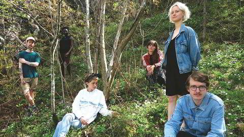 Signe Emmeluth (stående) og Spacemusic Ensemble er typiske eksempler på nye musikalske ledestjerner i Norge. Hun er opprinnelig dansk, vil ta avansert musikk ut til folket, vektlegger kjønnsbalanse, idealisme og naturlighet. Debutalbumet er nylig utgitt på Motvind records. Fra venstre Karl Bjorå, Rohey Taalah, Heida Johannesdottir, Anja Lauvdal, Andreas Winther.