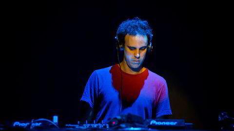 Kieran Hebden, alias Four Tet, har lenge laget sin musikk på hjemmekontoret. Her er han på scenen under Sonarfestivalen i Barcelona i 2013.