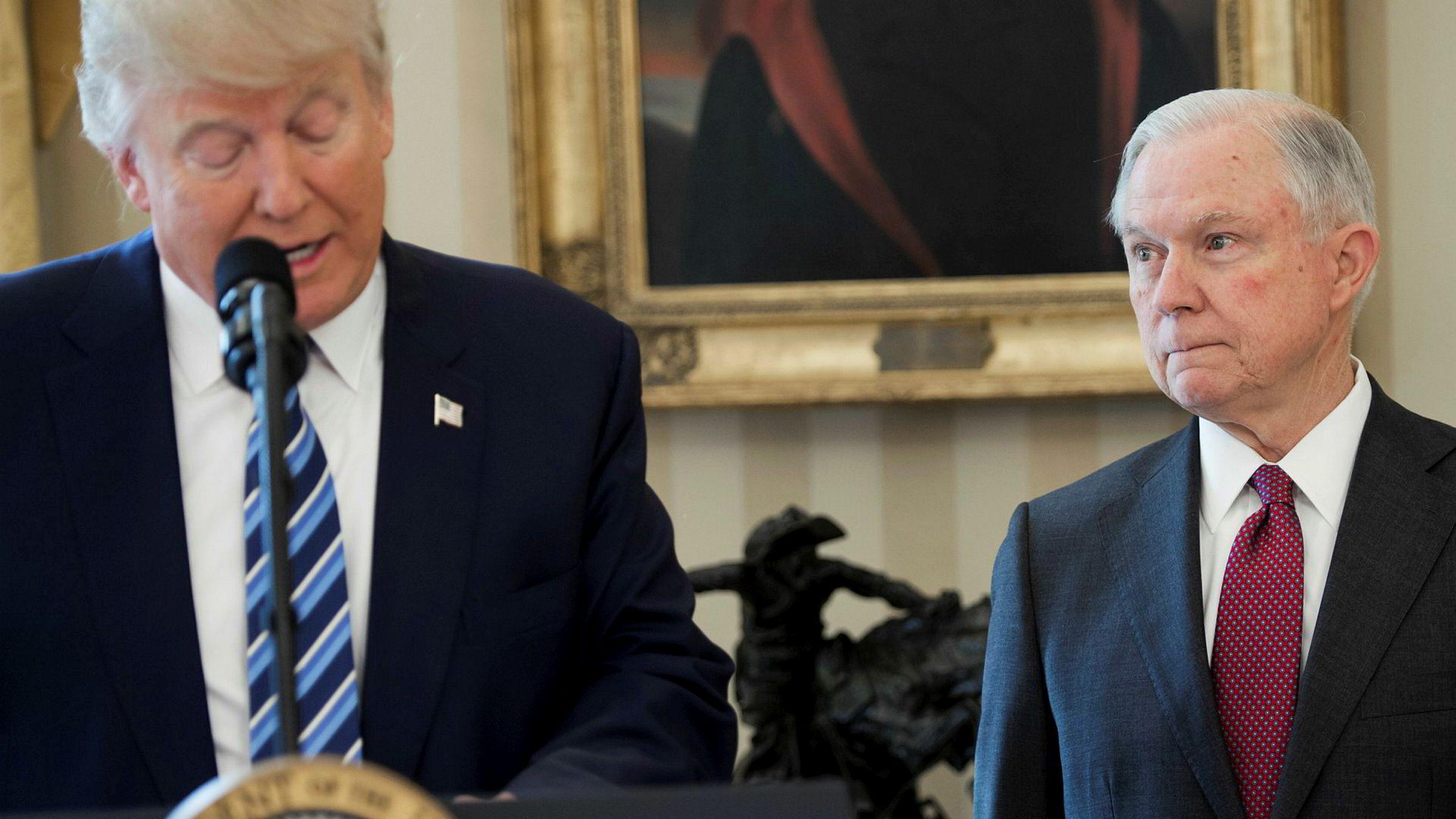 USAs president Donald Trump har de siste dagene kommet med flere harde utfall mot justisminister Jeff Sessions.