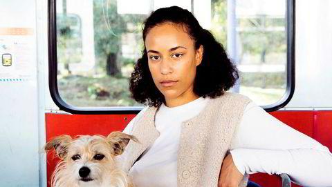 Kompanjong. Som flyvertinne måtte Sarah Ogunbona ta seg av fordomsfulle passasjerer. Som forfatter er det bare hunden Ingvild hun tar seg av. – Jeg tror hun har angst.