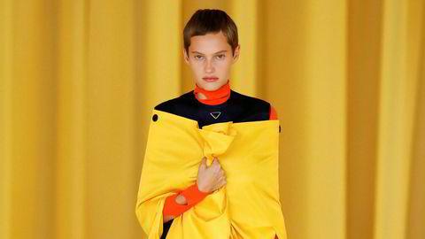 Løstsittende. Modellene knuget klærne mot brystet hos Raf Simons og Miuccia Pradas første samarbeid.