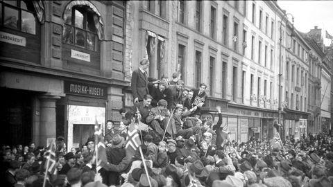 75 år etter blir det ingen storslagen feiring av frigjøringsdagen. Vi står i en ny, helt annen type krise, skriver Kjersti Fløgstad i innlegget. Her fra Karl Johans gate på frigjøringsdagen 8. mai 1945.