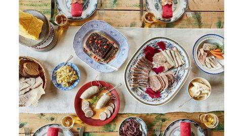 Rikelig. «Less» er ikke «more» når bonde Jon Fredrik Skauge dekker på til juledagsfrokost. Det beste skal på bordet av kjøttmat, fisk, hjemmelaget surkål, flatbrød og vørterbrød, godt, hjemmekjernet smør og fet rømme