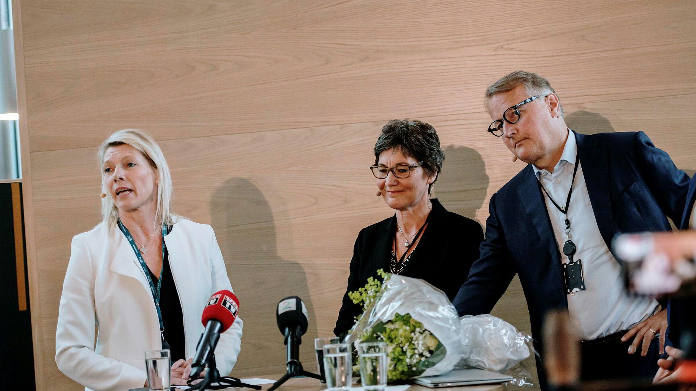 Fra venstre: Kjerstin Braathen påtroppende konsernsjef i DNB, styreleder Olaug Svarva og avtroppende konsernsjef Rune Bjerke. Kjerstin Braathen blir ny konsernsjef i DNB 1. september.