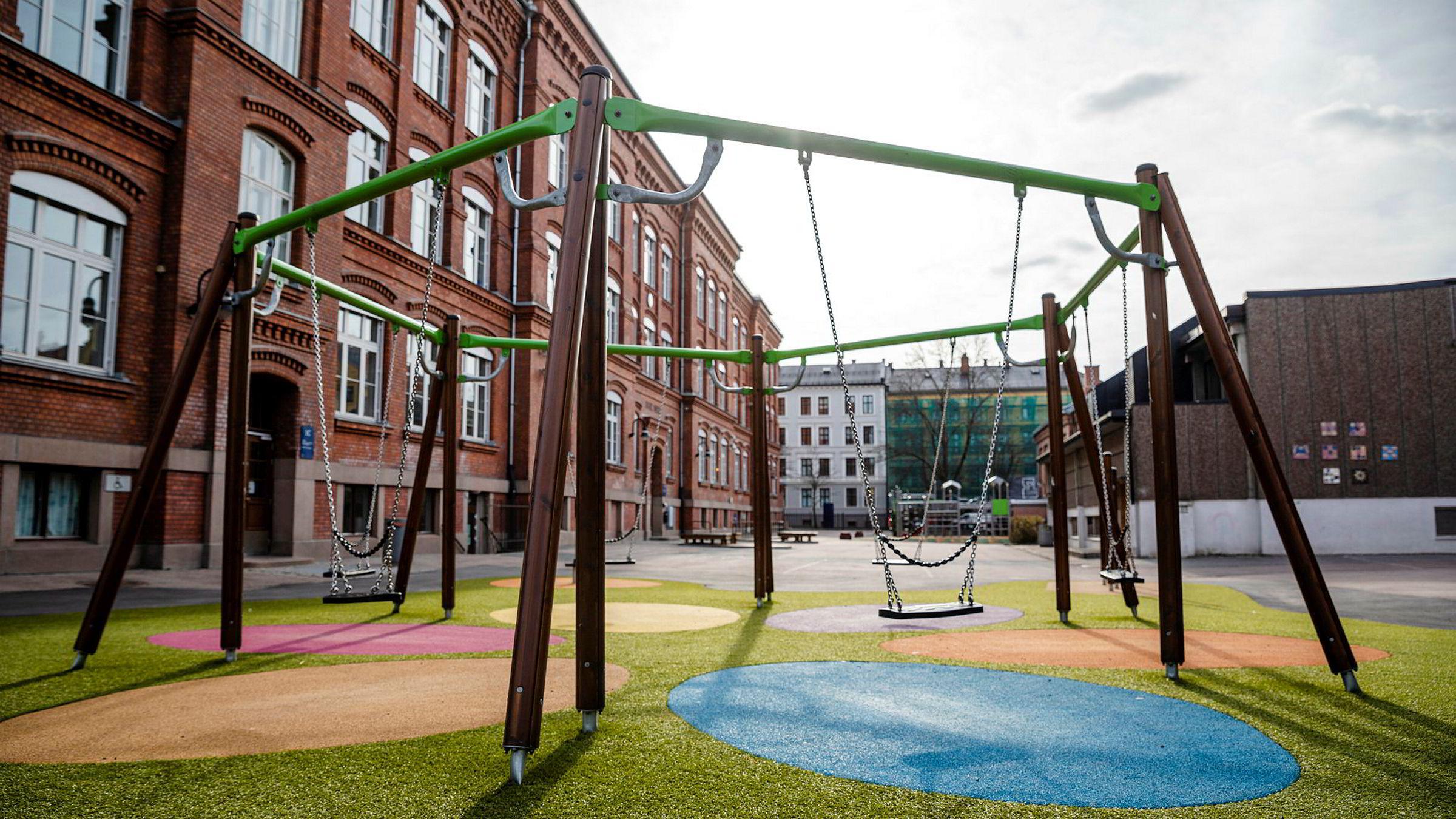 Det er uklart om nytten av å stenge barnehager og barneskoler, veier opp for de enorme omkostningene dette tiltaket har både sosialt og økonomisk.