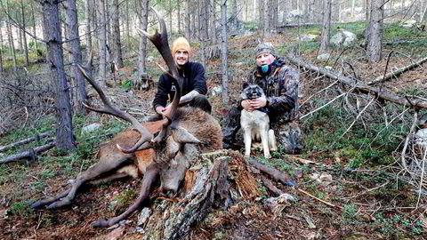 Jaktkameratene fra venstre: Thomas Eiesar (30) og Egil Rune Skogum (49) poserte sammen med kronhjorten rett etter den ble skutt i Skjåk 3. oktober i fjor. Nå krangler de om hvem som skal få geviret.