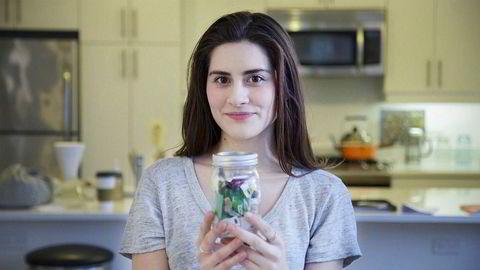 Lauren Singer har redusert sitt eget matsvinn og avfall til nesten ingenting. Innholdet i dette syltetøyglasset er alt avfallet Singer har produsert på fem år. Hun lever helt plastfritt og kaster aldri mat.