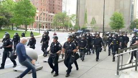 NEW YORK: Delstatem er preget av sammenstøt mellom politiet og demonstranter. To politifolk i Buffalo i delstaten New York er suspendert etter å ha dyttet en 75-åring i bakken under en demonstrasjon mot rasisme og politivold.
