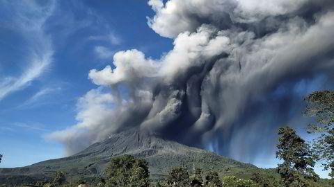 Sinabung-vulkanen på Sumatra i Indonesia hadde et nytt utbrudd søndag. Store mengder aske ble slynget tusen meter til værs.