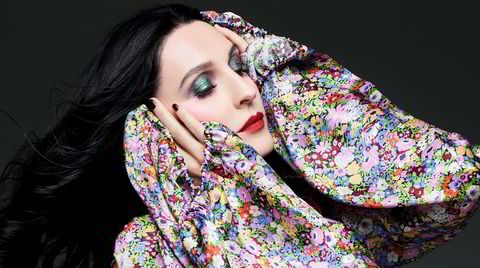 Selvproletarisering. Susie Cave var en av Londons it-girls og modellikon på 1990-tallet. Nå designer hun selv kjoler som er blitt en favoritt blant verdens celebriteter.