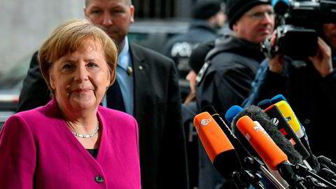 Tysklands forbundskansler Angela Merkel snakket med pressen i det hun ankom SPDs hovedkvarter i Berlin for å fortsette koalisjonsforhandlingene fredag.