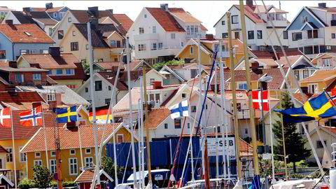 Mange nordmenn har hytter, hus og leiligheter i Sverige – her fra havnen i Strömstad.