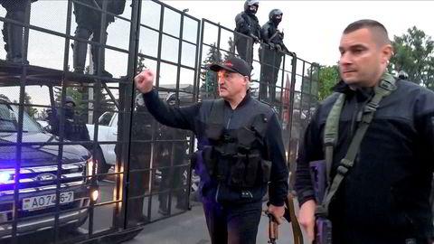 Hviterusslands president Aleksandr Lukasjenko (til høyre) hentet i helgen frem Kalasjonikoven og sluttet seg til opprørspolitiet i hovedstaden Minsk.