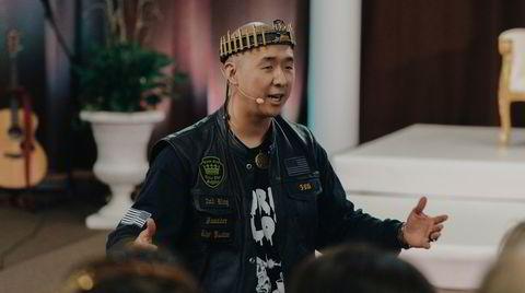 – Den amerikanske republikken er død. Den er stjålet av de internasjonale nikkedukkene for kommunist-Kina, fortalte Pastor Sean Moon sin menighet under gudstjenesten sist søndag. Nå forbereder han menigheten på kamp og undergang.