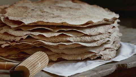 Smartbrød. Det holder seg lenge, kan stables og inneholder sunt, sammalt mel. Flatbrød var det folk hadde før stekeovn ble vanlig.