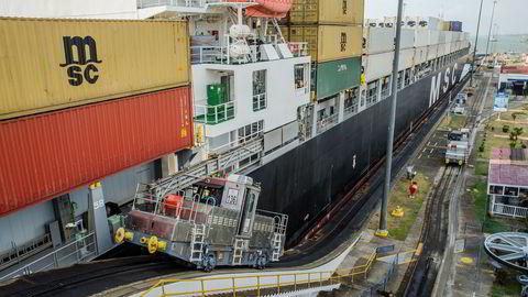 Danske Peter Ludvigsen vil spare shippingbransjen for 5,7 milliarder dollar årlig ved å redusere antall tomme containere ved hjelp av blokkjedeteknologi. Her hjelper elektriske lokomotiver et skip å komme seg trygt igjennom Panamankanalen.