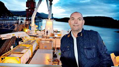 Reder Roger Halsebakk har tjent gode penger på å transportere laks. Nå vil han også produsere laks på land.