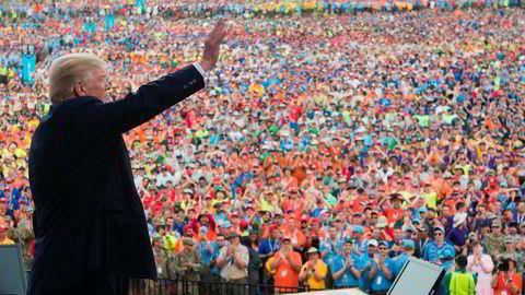 USAs president Donald Trump vinker etter å ha holdt tale på en speiderleir i Glen Jean, West Virginia.
