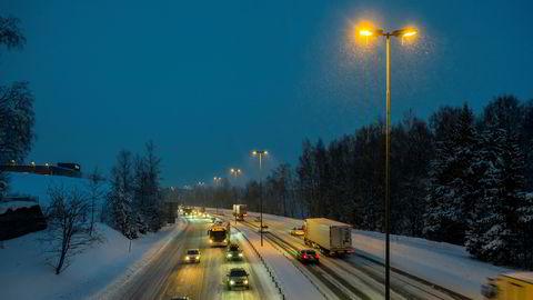 Snøvær på Østlandet mandag morgen vil trolig skape forsinkelser i trafikken. Illustrasjonsfoto.