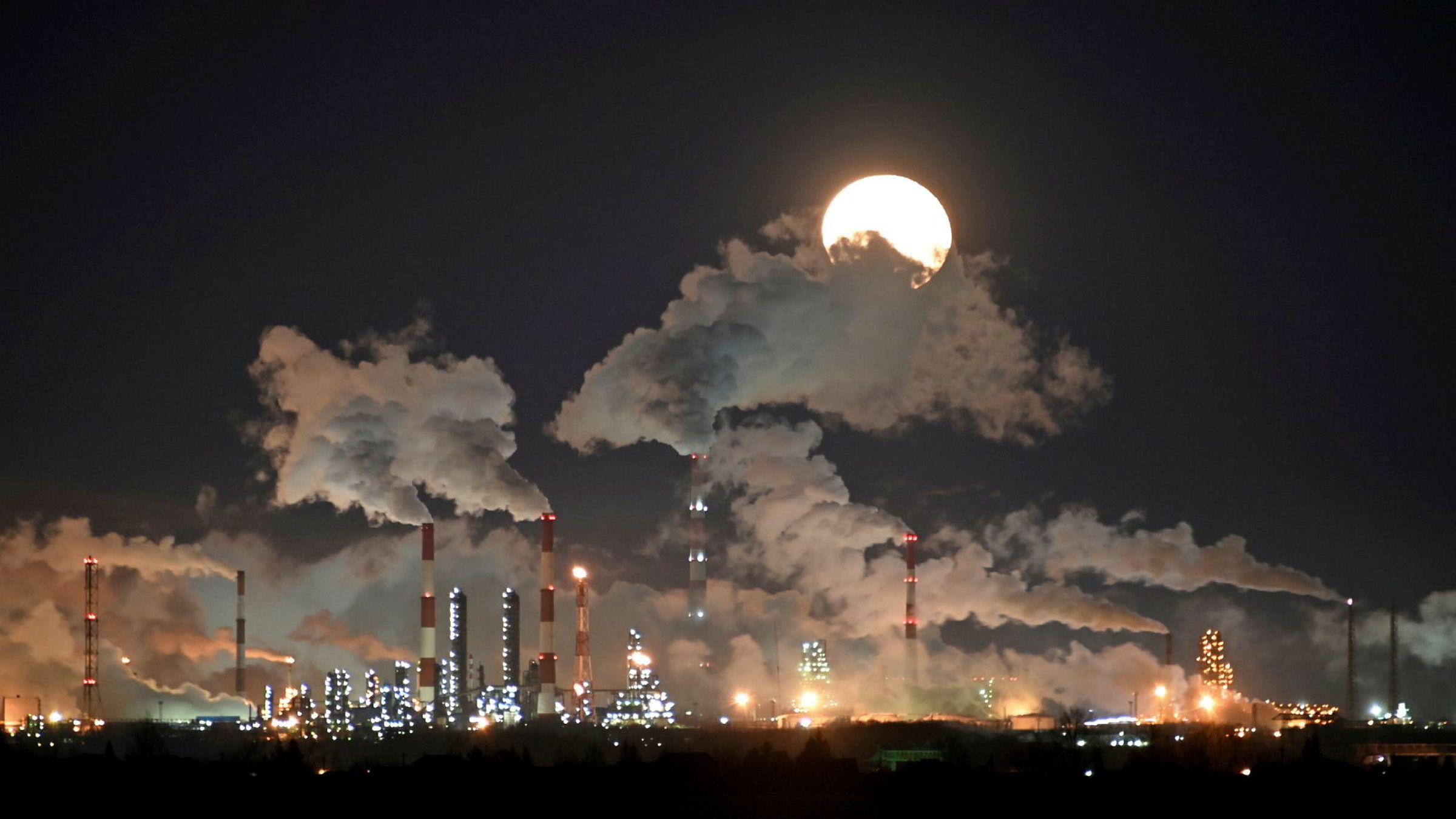 På bildet vises russiske Gazproms oljeraffinieri i Omsk i Russland.