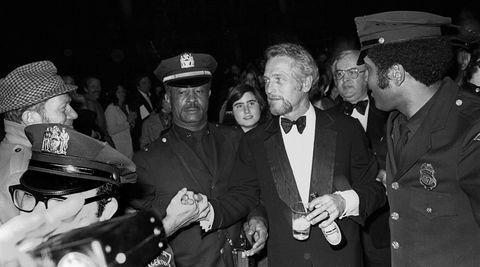 Håndslag. Paul Newmans øl-grep var ikke en engangsgreie, han har stålkontroll midt i politeskorten under The Film Societys hedring av ham på  Lincoln Center i New York i 1975 også.