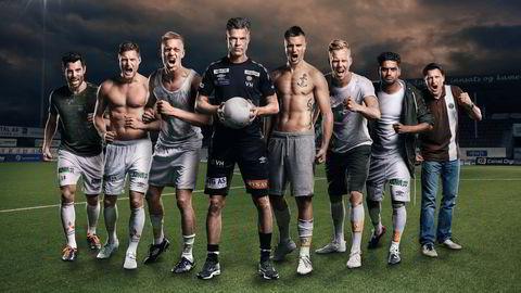 Bruntrøyene. Trener Vegard Hansen (med ball) flankert av de mest sentrale aktørene i TV 2-serien «Alle gutta: Mjøndalen IF». Foto: Bjørn Wad