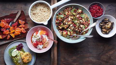 Tre gode quinoaretter. Quinoabiffer med spinat og feta, quinoabicher med fruktsalat, og marokkansk quinoasalat. Se oppskrifter nederst i saken