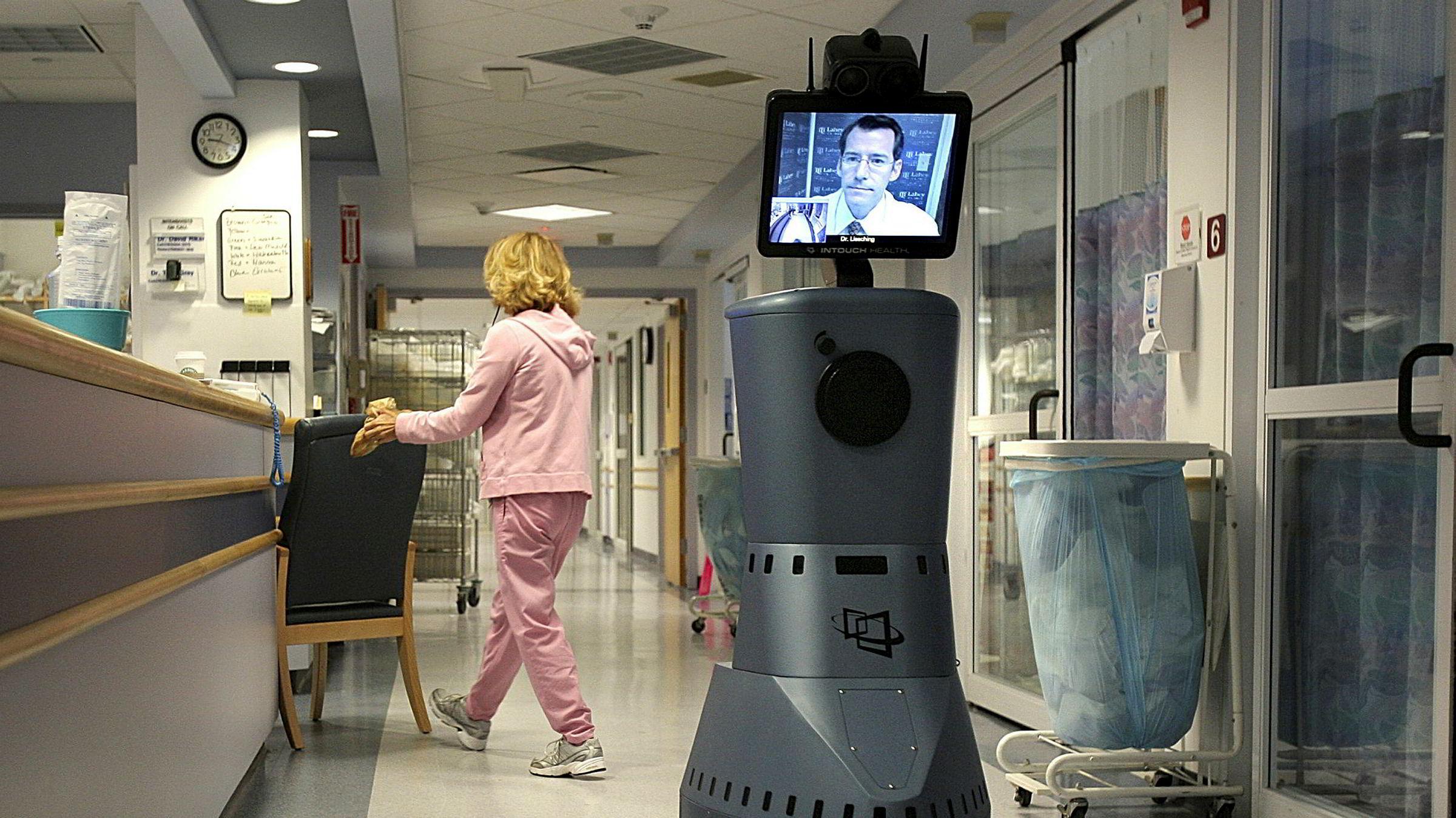 Lege Timothy Liesching er på vei nedover korridoren på Beverly Hospital via en «robot», men er fysisk på en annen klinikk.