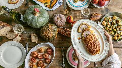 Svunnen drøm. Hva lengtet du etter i 2020? Eksotiske reiser eller bare et bra middagsselskap? Kokebøkene hjelper deg å gjøre drømmen til virkelighet. Bildet er hentet fra Skye McAlpines «A Table For Friends».